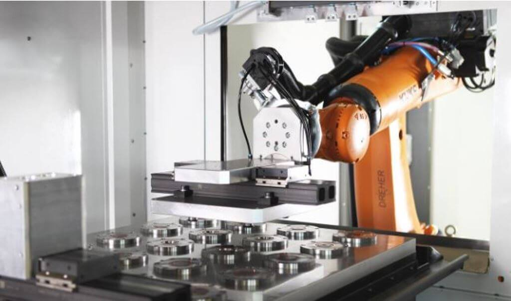 Обслуживание станка роботом